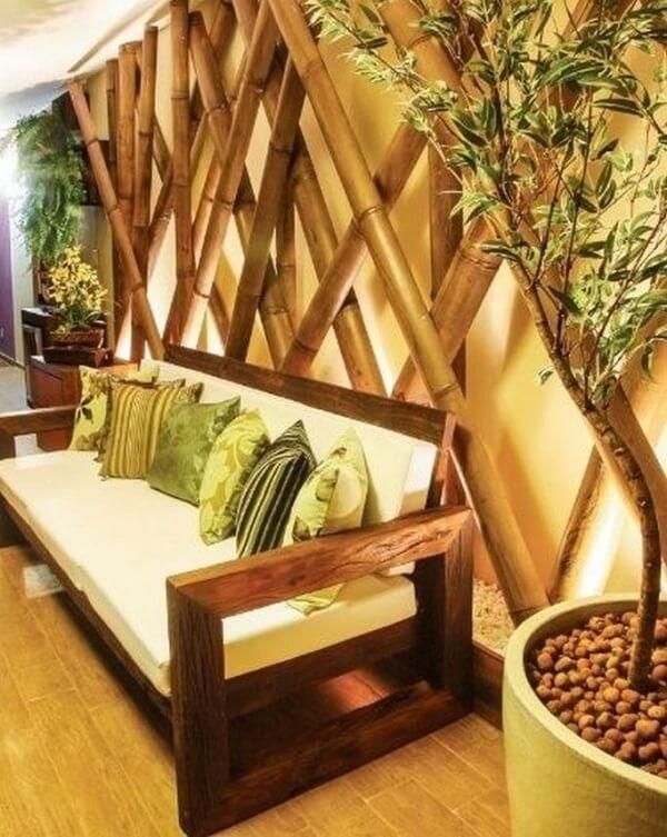Cerca de bambu trançado instalado em ambiente interno