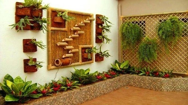 Cerca de bambu trançado serviu de suporte para as samambaias do local
