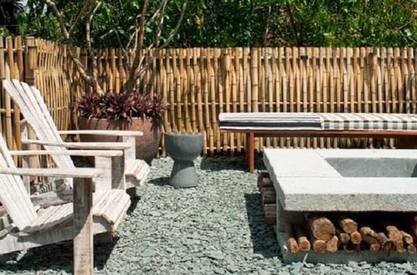 Ambiente externo cercado com bambu