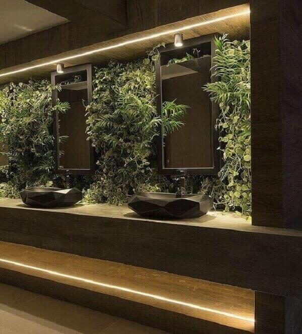 Complemente a decoração do seu banheiro incluindo jardim vertical artificial na bancada