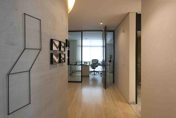 Corredor decorado com parede de cimento queimado