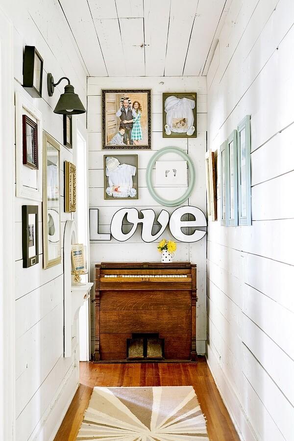 Corredor decorado com quadros e letras decorativas