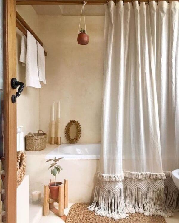 Cortina para banheiro feita com tramas de tecido nas pontas