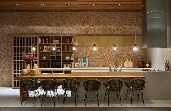 Cozinha ampla com Spot quadrado embutido no teto