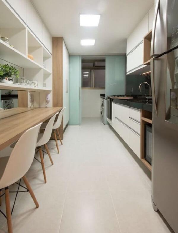 Cozinha com porta de vidro jateado e cadeira eiffel brancas