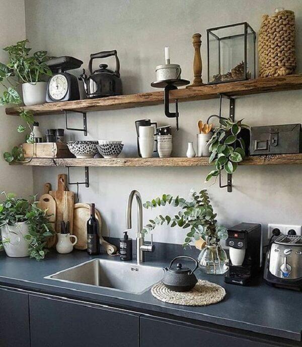 Cozinha com prateleira de madeira e parede de cimento queimado