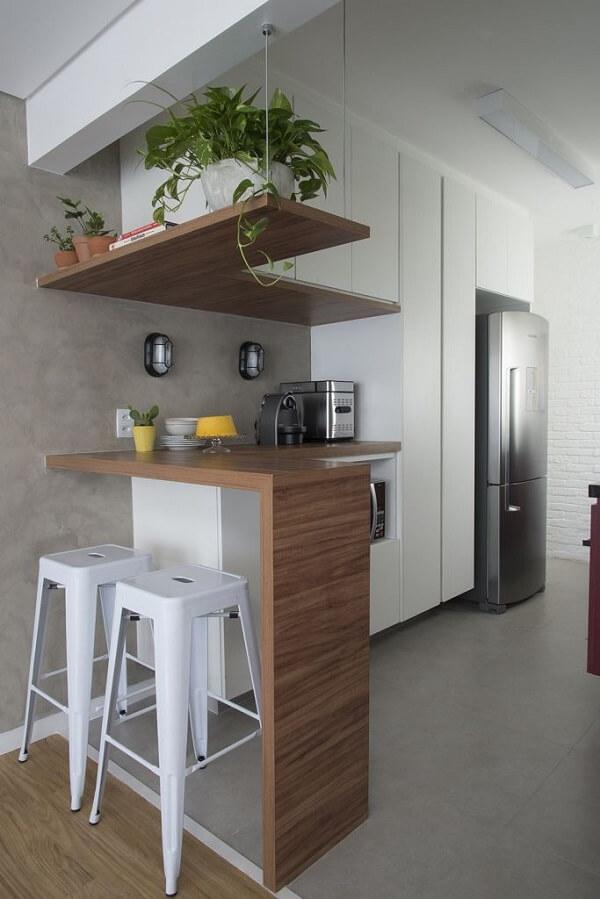 Cozinha compacta com parede de cimento queimado