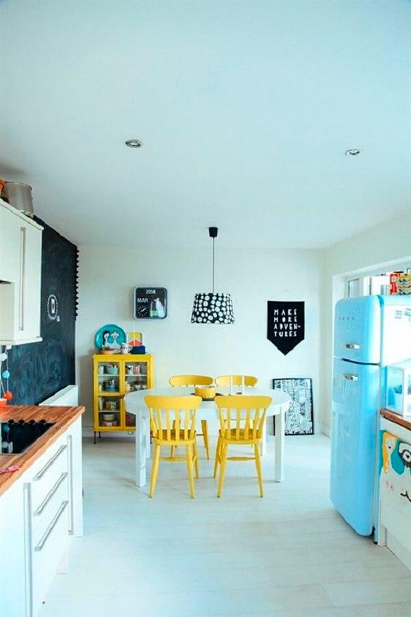 Cozinha vintage com cristaleira e cadeira amarela