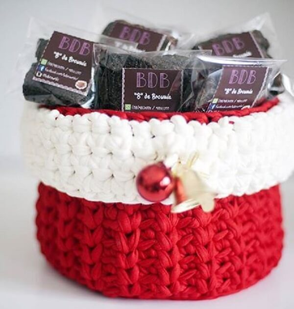 Create your own Christmas decorations, like this little basket made with knitted line