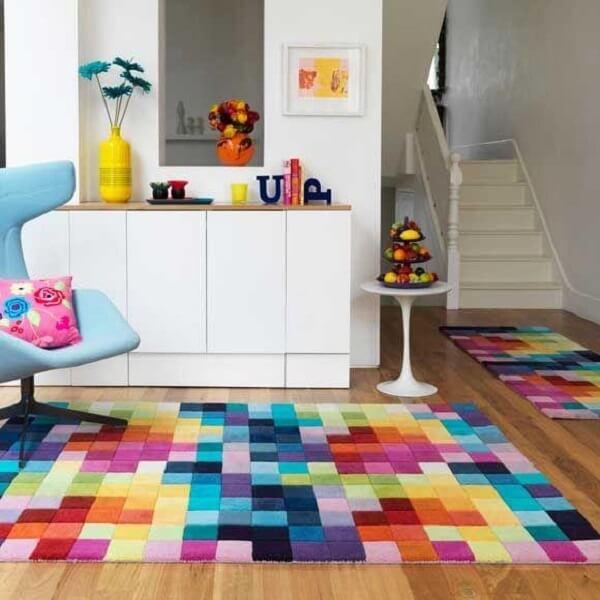 Decoração divertida e alegre com esse tapete geométrico colorido