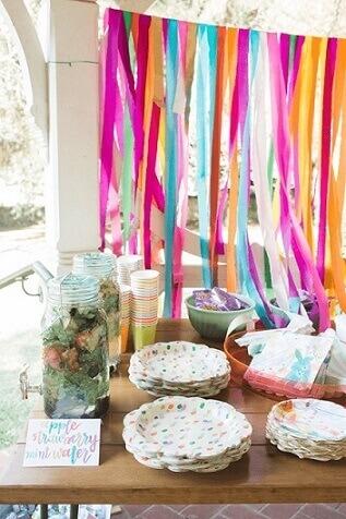 Cortina de papel crepom colorido para decorar a festa de aniversário