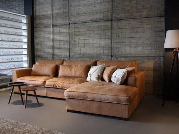 Decoração industrial com sofá suede marrom claro