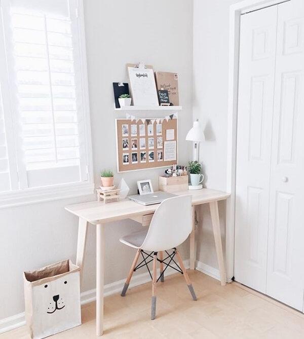 Decoração minimalista com mini quadro de cortiça na parede