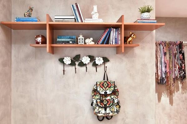 Enfeite a parede de cimento queimado com ganchos de flores
