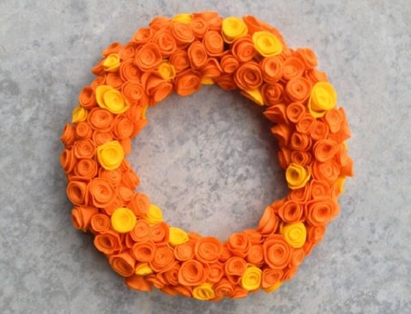 Enfeite de natal para porta feito com flores de feltro