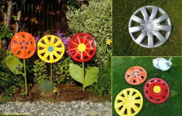 As calotas de carro formaram lindos enfeites para jardim