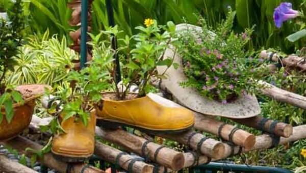 Enfeites para jardim feitos com sapato e chapéu