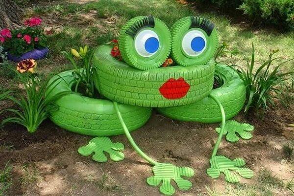 Enfeites para jardim feitos pneus formam um sapo