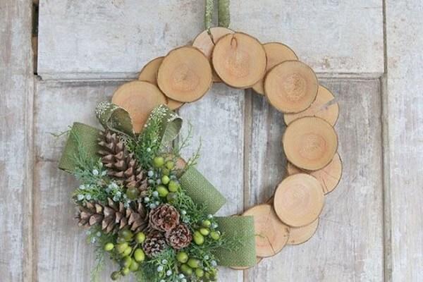 Enfeites de natal para porta feito com pedaços de madeira
