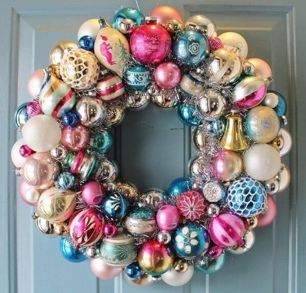 Enfeites de natal para porta feitos com bolas decorativas