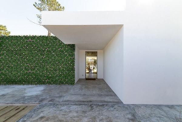 Fachada de casa decorada com jardim vertical com plantas artificiais