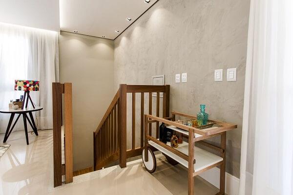Escada elegante com parede de cimento queimado