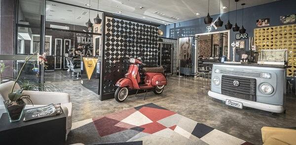 Estabelecimento comercial com decoração descontraída e tapete geométrico