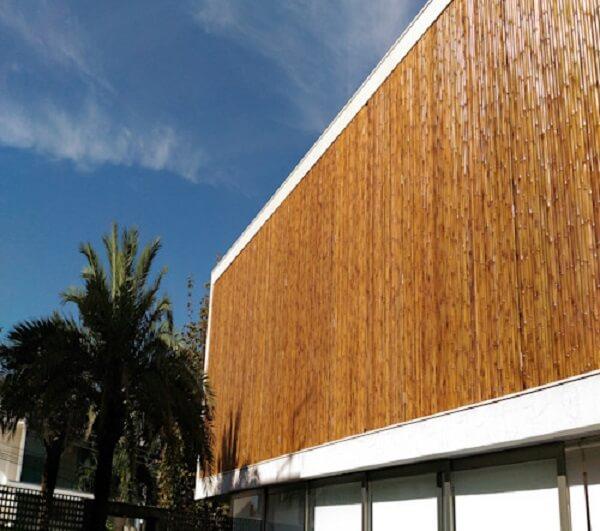 Fachada de casa recebeu acabamento com cerca de bambu