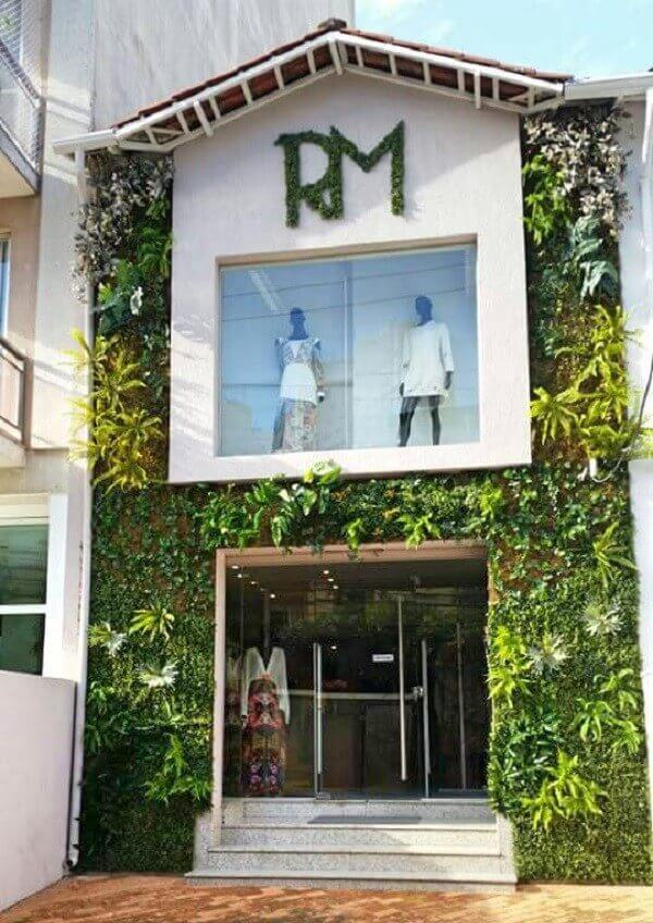 Fachada comercial conta com jardim vertical artificial