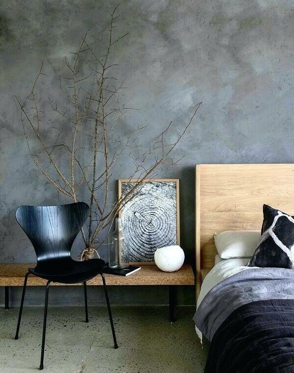 Quarto com móveis de madeira e parede de cimento queimado