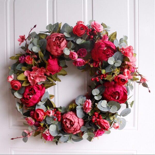 Enfeite de natal para porta feito com flores artificiais