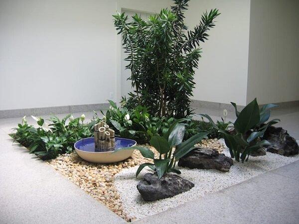 Fonte pequena de bambu e pedra grande decorativa formam lindos enfeites para jardim de inverno