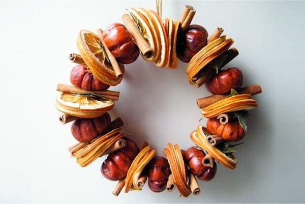 Frutas secas foram utilizadas para compor esse lindo enfeite de natal para porta
