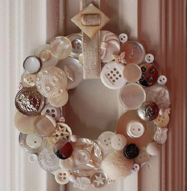 Enfeite de natal para porta feito com botões