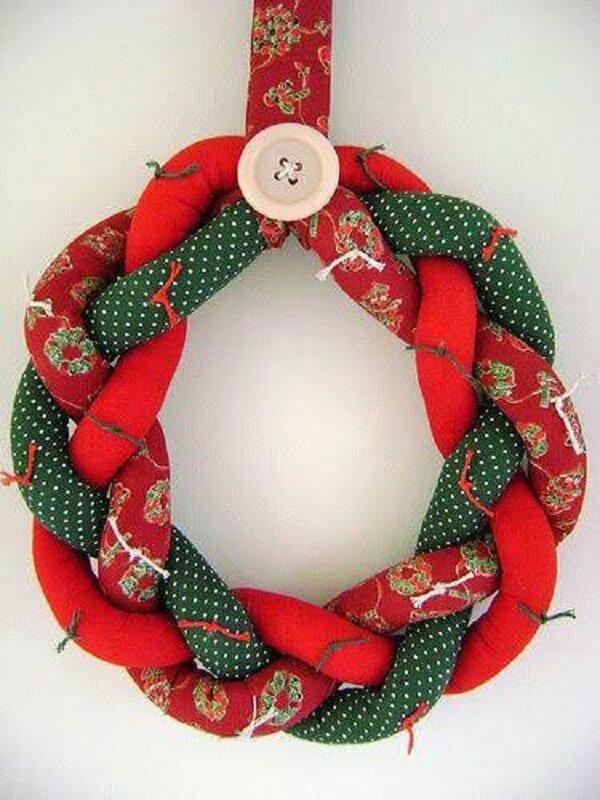 nfeite de natal para porta feito com tecido trançado