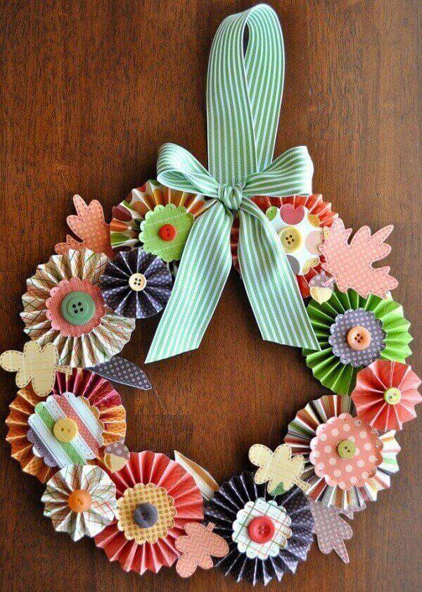 Enfeite de natal para porta feito com papéis coloridos