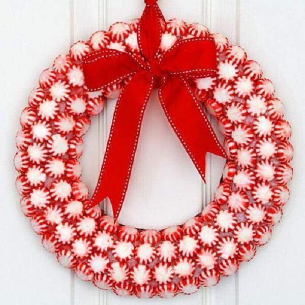 Enfeite de natal para porta em tom branco e vermelho