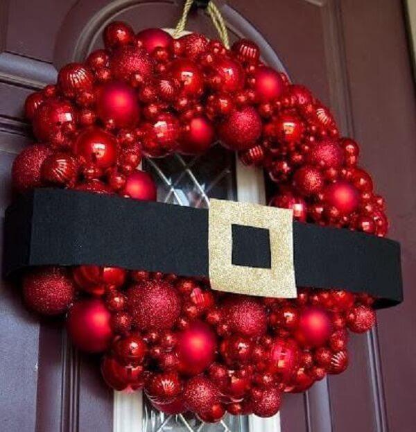 Enfeite de natal para porta feito com bolas vermelhas
