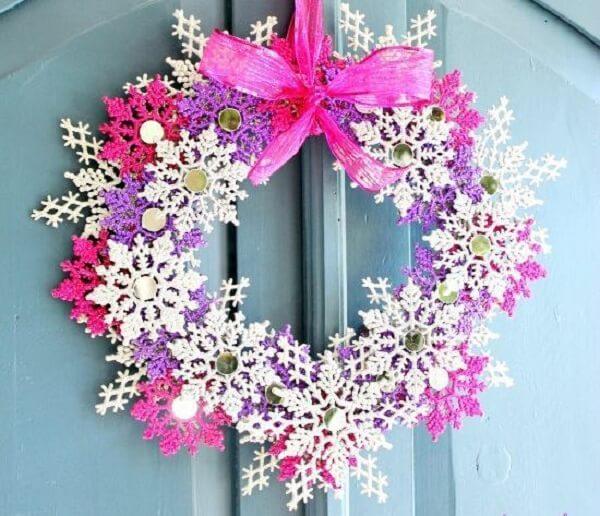 Enfeite de natal para porta feito com flocos de neve