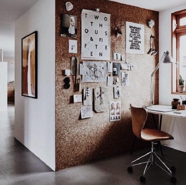 Home office com quadro de cortiça grande auxilia na fixação de fotos e elementos decorativo