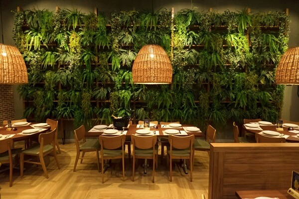 Estabelecimento comercial com jardim vertical com flores artificiais