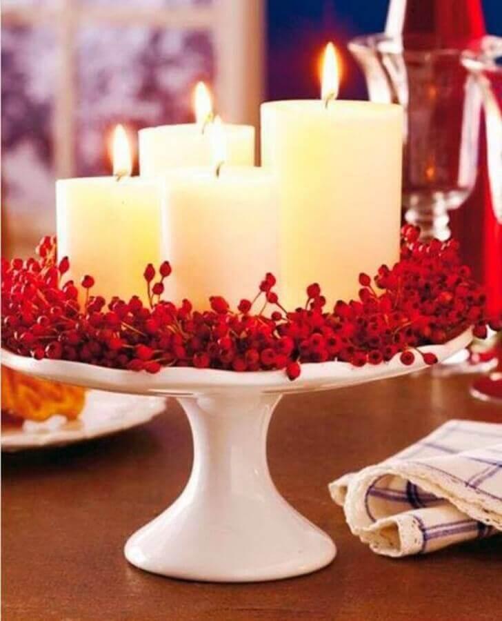 Ideia de enfeites de Natal com velas e pequenas flores vermelhas Foto Reciclar e Decorar