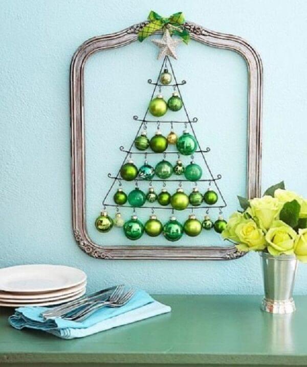 Árvore de Natal na parede criativa feita com bolinhas verdes