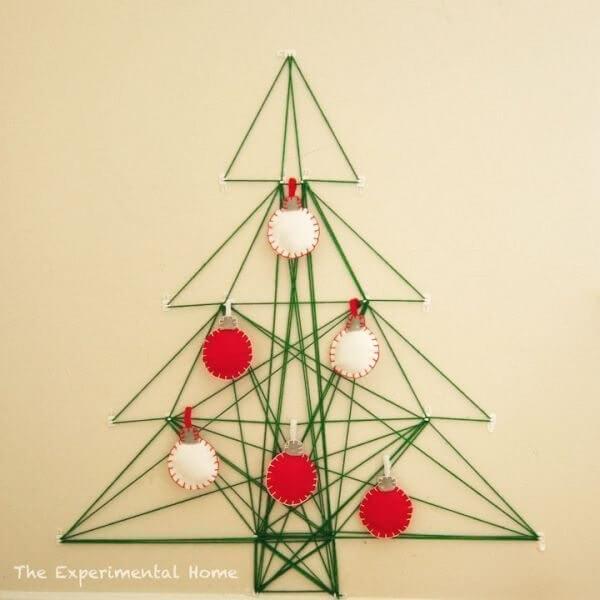 Árvore de Natal na parede feita com linhas