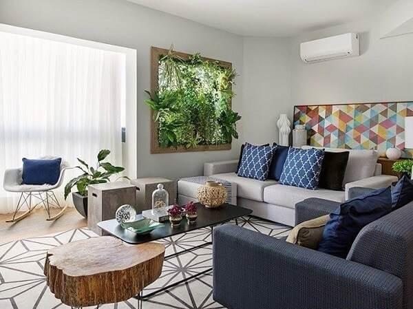 Inclua na decoração da sua sala de estar um painel com jardim vertical artificial