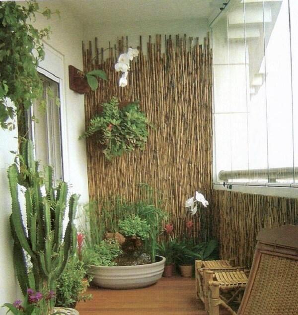 Invista em uma cerca de bambu na área de varanda