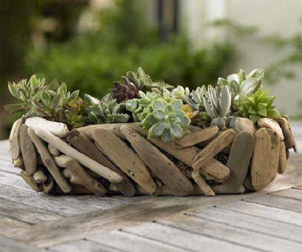 Jardim de suculenta montada em um suporte artesanal