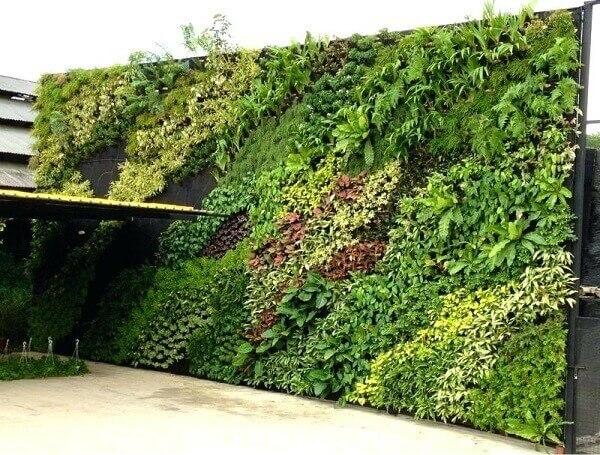 Jardim vertical artificial área externa gigante chama a atenção