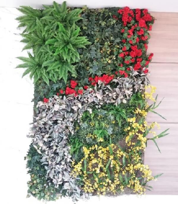 Jardim vertical com flores artificiais