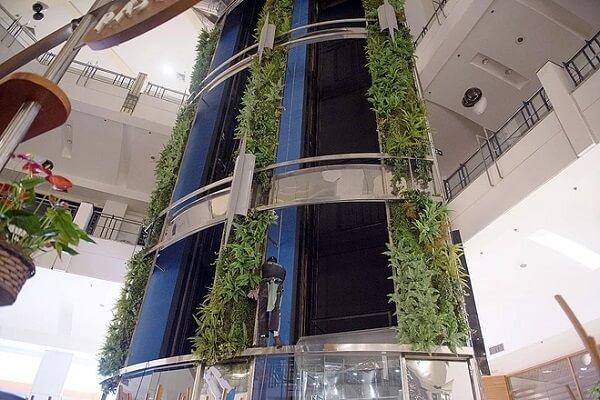 Jardim vertical artificial decora parte da estrutura do shopping